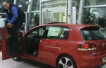 Vendedor maltrata coches para promocionarlos